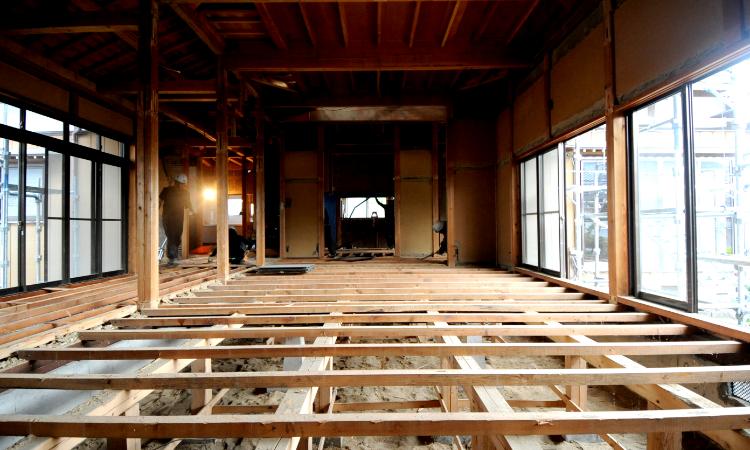 戸建てフルリノベーションの<br /> 耐震・劣化状況調査を<br /> 全棟実施